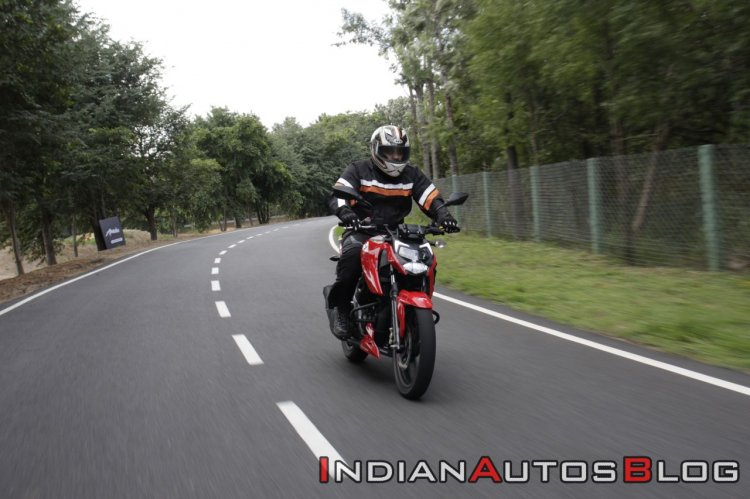 Bs Vi Tvs Apache Rtr 160 4v Review Action Shots Ri