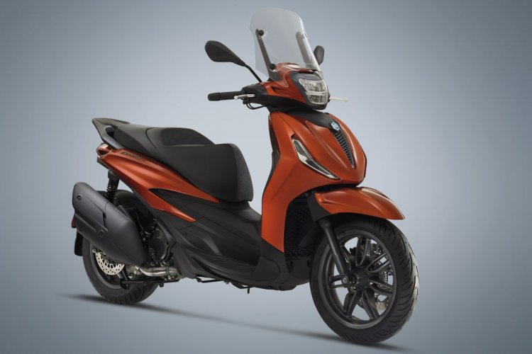 2021 Piaggio Beverly S Front Right