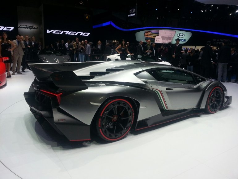 Lamborghini Veneno side profile