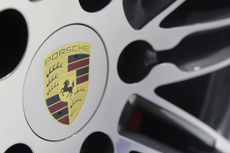 LA PORSCHE 911 TURBO CABRIO WHEEL LOGO