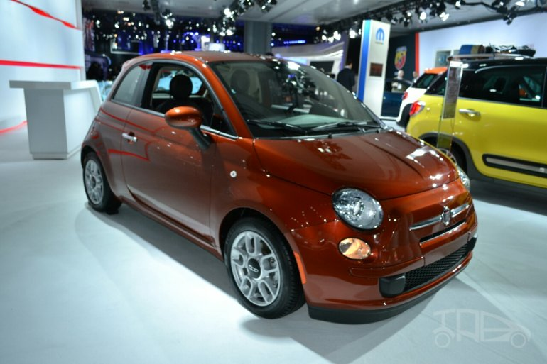 2015 Fiat 500 front three quarters at the 2014 New York Auto Show