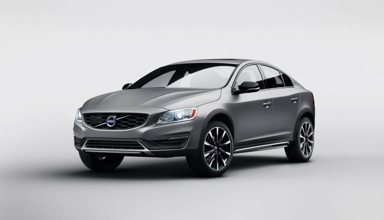 2015 Volvo S60 Cross Country front three quarters Detroit