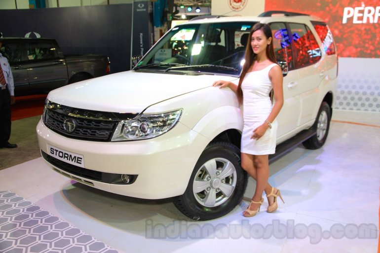 2015 Tata Safari Storme facelift front three quarter (1) at the 2015 Nepal Auto Show