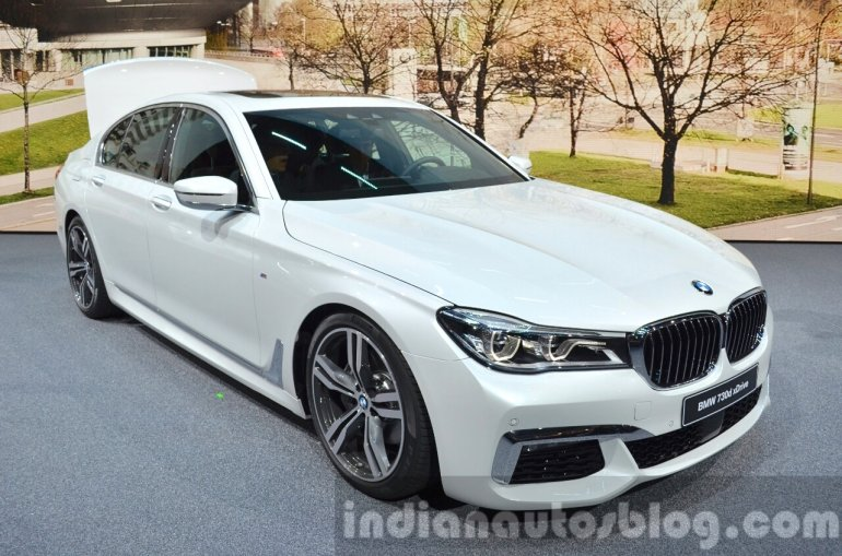 2016 BMW 7 Series M-Sport front three quarter at the IAA 2015