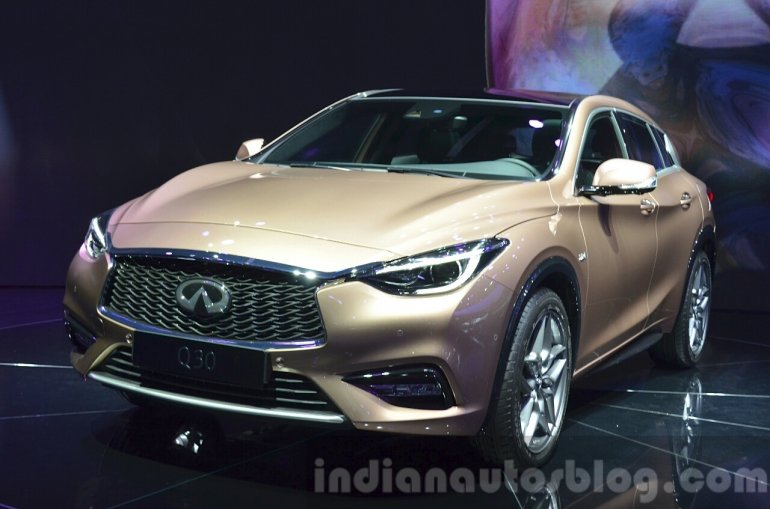 Infiniti Q30 front three quarters at IAA 2015