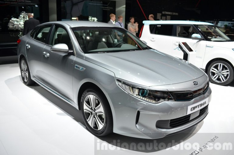 Kia Optima Plug-in Hybrid front three quarter at the 2016 Geneva Motor Show