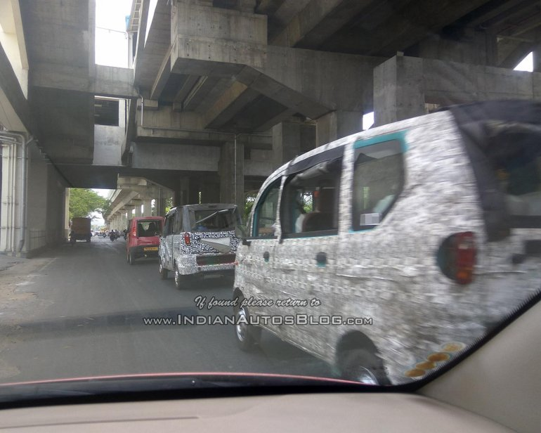 Mahindra Jeeto van spotted with a Tata Magic Iris rear
