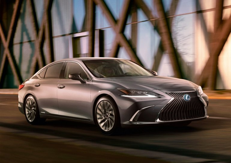 2018 Lexus ES front press image